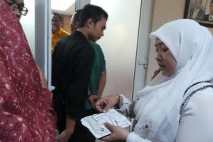 Wanita dimarahi Gubernur DKI Jakarta Basuki Tjahaja Purnama akibat diduga menyalahgunakan dana Kartu Jakarta Pintar (KJP), Kamis (10/12/2015).