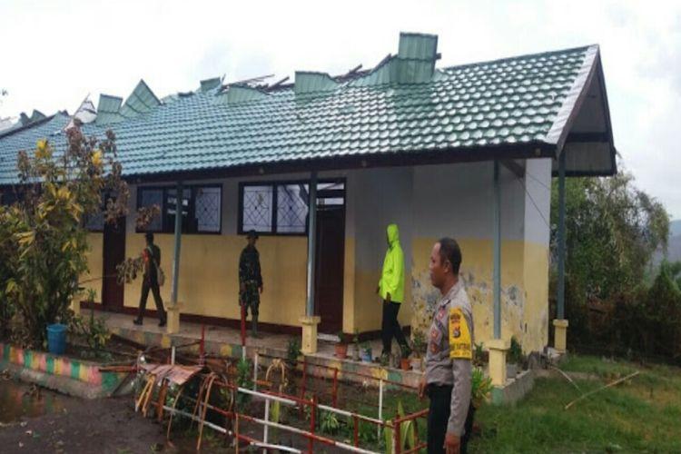 Beberapa bangunan sekolah di Dompu, NTB rusak diterjang puting beliung, Rabu (11/12)