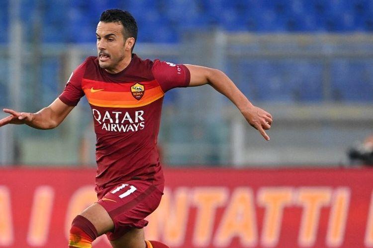 Pemain depan AS Roma, Pedro, berlari dengan bola selama pertandingan sepak bola Serie A Italia AS Roma vs Bologna pada 11 April 2021 di stadion Olimpiade di Roma.