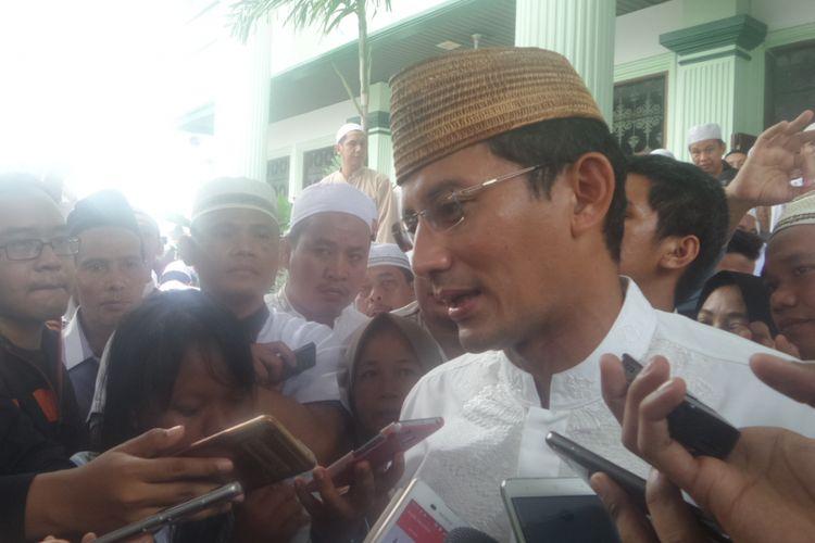 Calon wakil gubernur DKI Jakarta Sandiaga Uno saat mendatangi perayaan Isra Miraj sekaligus tasyakuran kemenangan Anies-Sandi di Masjid Al Barkah As Syafiiyah Tebet, Jakarta Pusat, Minggu (23/4/2017).