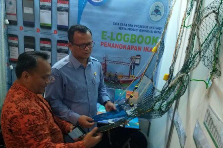 Menteri KKP Edhy Prabowo saat melihat pameran jaring dari salah satu stand yang menghadiri acara Rapat Kerja Teknis Perikanan Tangkap di Palembang, Sumatera Selatan, Senin (27/1/2020).