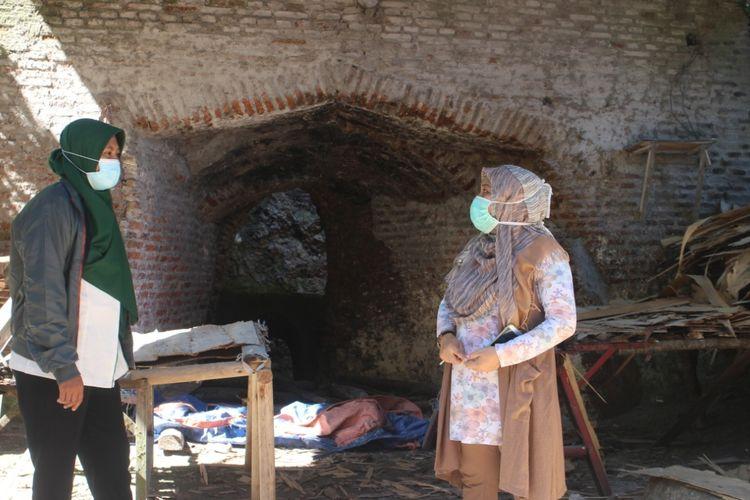 Sri Wahyuningsih, membuat limbah sengon menjadi kerajinan loncore atau bahan baku triplek saat bersama petugas Pegadaian