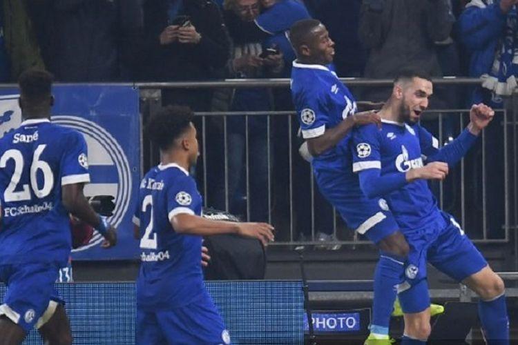Para pemain Schalke berselebrasi setelah Nabil Bentaleb (kanan) setelah mencetak gol pada babak babak 16 besar Liga Champions antara Schalke 04 vs Manchester City pada 20 Februari 2019 di Gelsenkirchen, Jerman.