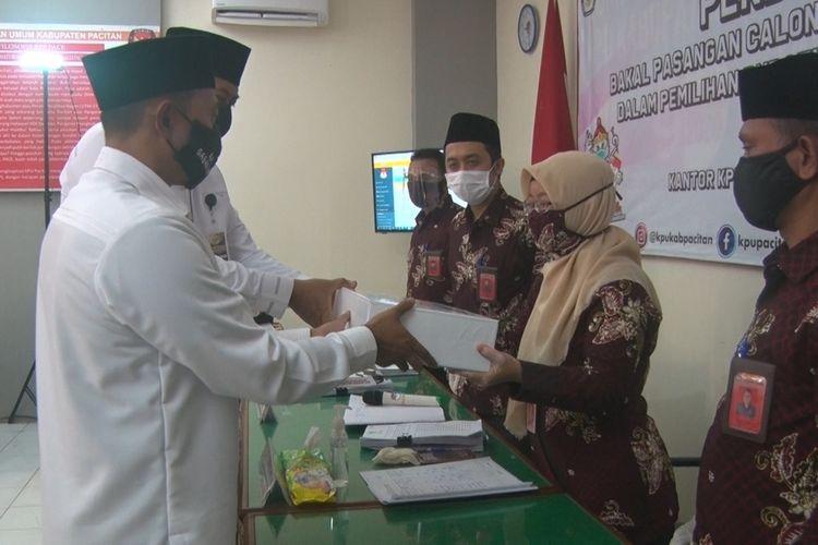 Bakal calon bupati  dan bakal calon wakil bupati Pacitan, menyerahkan berkas persyaratan pendaftaran di KPU Pacitan, Jumat (04/09/2020).