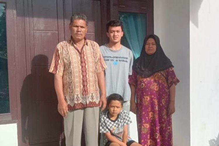 Alfin Syadad, calon mahasiswa baru UGM beserta keluarga kecilnya.