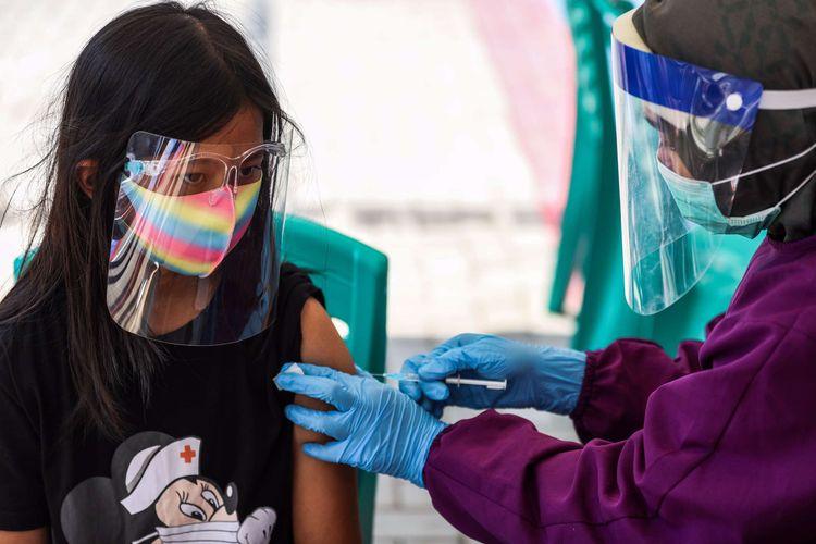 Petugas kesehatan dari Puskesmas Kecamatan Tebet menyuntikan vaksin Measles Rubella (MR) kepada pelajar SDN Tebet Timur 15 di Kelurahan Tebet Timur, Jakarta Selatan, Kamis (27/8/2020). Imunisasi atau pemberian vaksin itu merupakan bagian dari rangkaian kegiatan di Bulan Imunisasi Anak Sekolah (BIAS) tahun 2020 dan pemeriksaan kesehatan menyeluruh kepada murid sekolah dasar di wilayah DKI Jakarta.