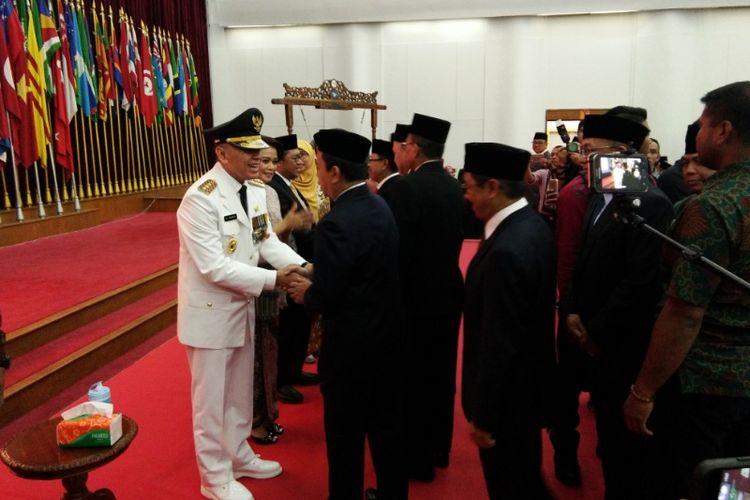 Penjabat Gubernur Jawa Barat M Iriawan saat bersalaman dengan tamu undangan usai prosesi pelantikan di Gedung Merdeka, Bandung, Senin (18/6/2018).