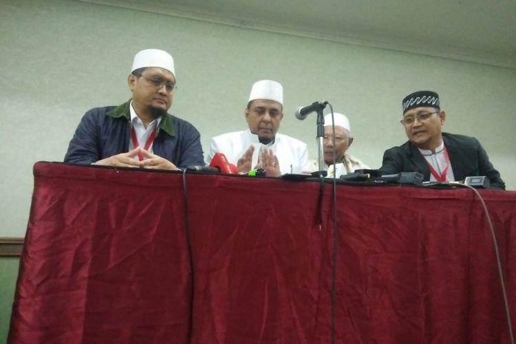 Ketua Gerakan Nasional Pengawal Fatwa (GNPF) Yusuf Muhammad Martak (dua dari kiri) dalam konferensi pers di Grand Cempaka, Jakarta, Minggu (16/9/2018).