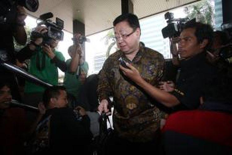 Mantan Dirut PT Century Mega Investindo Robert Tantular menjawab pertanyaan wartawan saat akan diperiksa oleh penyidik KPK di Jakarta, Jumat (13/9/2013). Robert diperiksa sebagai saksi dalam kasus korupsi bailout Bank Century untuk tersangka Budi Mulya.