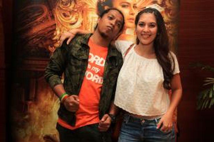 Satriaddin Maharinga Djongki atau Arie Kriting (kiri) dan Hannah Al Rasyid berpose saat peluncuran trailer film Comic 8: Casino Kings di Kemang Village XXI, Jakarta, Rabu (15/4/2015).