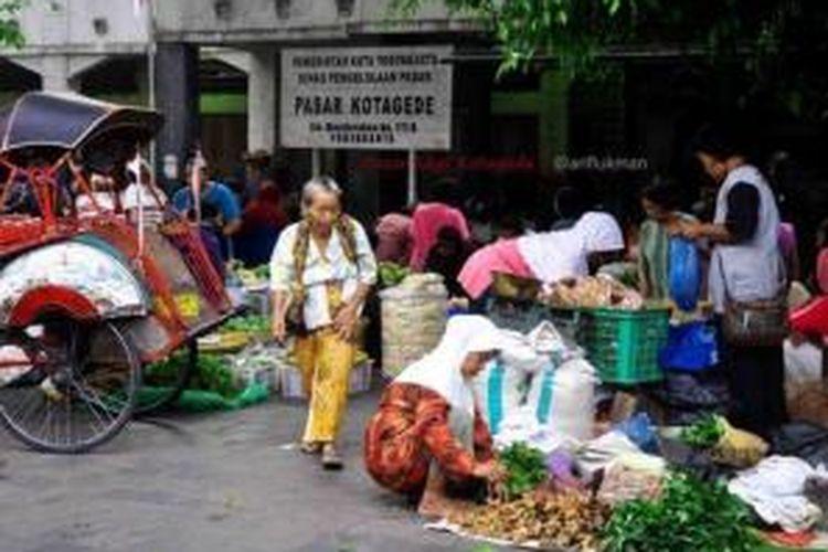 Tumpah ruah pedagang saat hari pasaran legi tiba di Pasar Legi Kotagede, Yogyakarta.