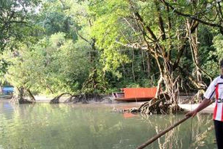 Sejumlah pengunjung ditemani seorang pemandu, Jumat (1/5/2015), memasuki kawasan Taman Nasional Ujung Kulon, Kabupaten Pandeglang, Banten. Sejumlah jalur trekking di kawasan itu telah dikenal banyak pengunjung, baik dari dalam maupun luar negeri.