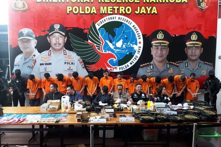 Polda Metro Jaya bongkar jaringan produsen dan pengedar ganja sintetis atau tembakau gorila jaringan Jakarta-Surabaya. Dalam penungkapan tersebut 13 tersangka berhasil diamankan.