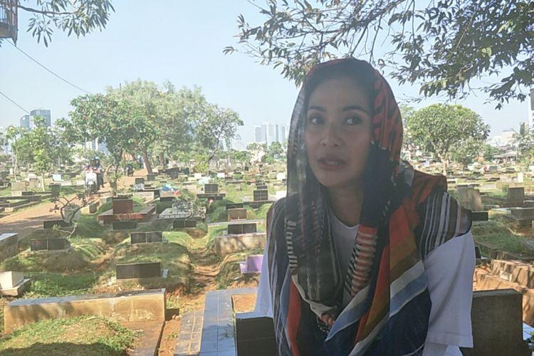 Maudy Koesnaedi setelah berziarah ke makam Benyamin Suaeb bersama pemain si Doel the Movie di TPU Karet Bivak, Jakarta Selatan, Jumat (6/7/2018.