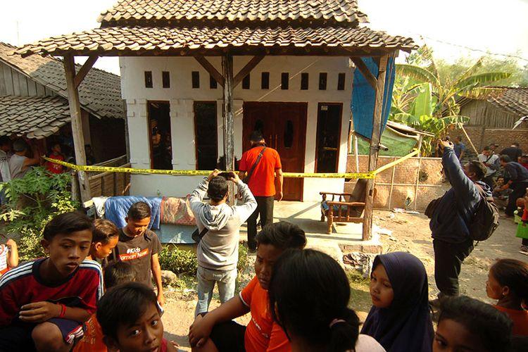 Sejumlah warga memperhatikan rumah Fitria Diana pelaku penusukan Menko Polhukam Wiranto yang dipasang garis polisi di Desa Sitanggal RT 007 RW 002, Brebes, Jawa Tengah, Kamis (10/10/2019). Polres Brebes memasang garis polisi untuk penggeledahan rumah pelaku penusukan Menko Polhukam.