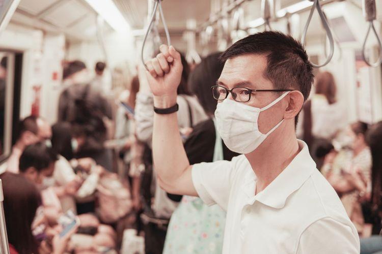 Ilustrasi mengenakan masker dan kacamata