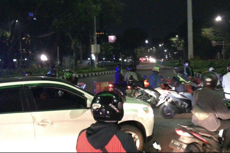 Arus lalu lintas di Jalan Pancoran Raya, Pancoran, Jakarta Selatan pada Rabu (17/3/2021) malam masih ditutup.