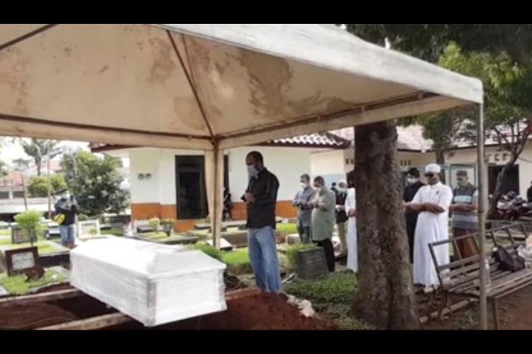 Proses pemakaman Soraya Abdullah di TPU Jeruk Purut, Jakarta Selatan, Selasa (2/2/2021).