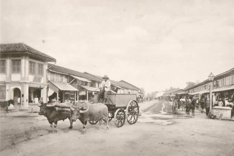 Foto gerobak sapi di jalan perbelanjaan Kesawan di Medan tahun 1898.