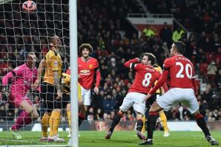Gelandang Manchester United, Juan Mata, mencetak gol ke gawang Cambridge United, pada pertandingan Piala FA, Selasa atau Rabu (4/2/2015) dini hari WIB.
