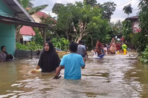 Belum Dapat Bantuan, Warga Kampar Arungi Banjir untuk Pergi Beli Makanan