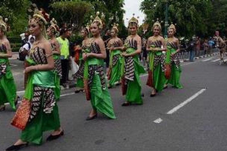 Gelaran pawai budaya Festival Kuno lan Kini Sari Melati menyemarakkan suasana di Jalan Malioboro, Yogyakarta, Sabtu (19/1/2013). Festival yang dipusatkan di Benteng Vredeburg tersebut turut dimeriahkan dengan acara temu sapa bersama anggota keluarga Keraton Yogyakarta dan sajian berbagai permainan tradisional.