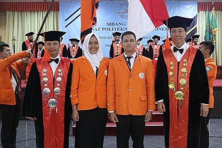 Direktur Politeknik Pos Indonesia, Dr Ir Agus Purnomo, MT (kanan, kacamata) saat pengukuhan sidang senat mahasiswa baru di Poltekpos, Selasa (24/9/2019).