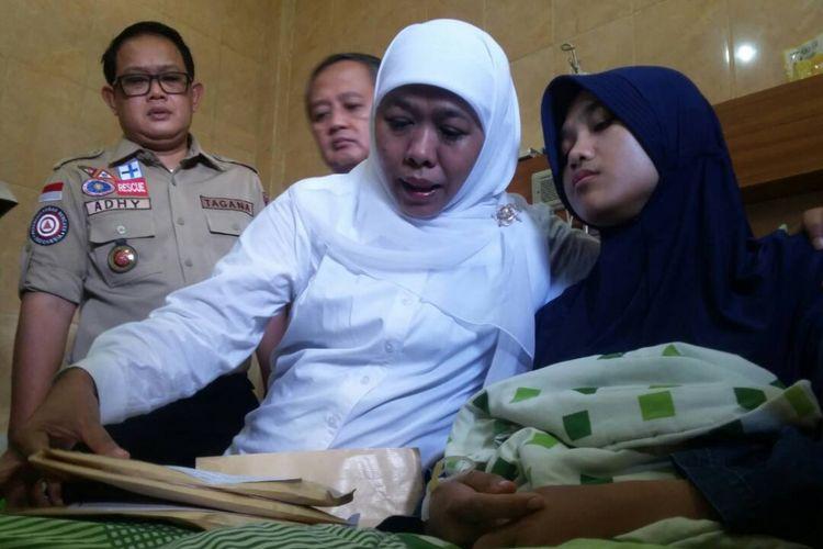 Menteri Sosial Khofifah Indar Parawansa menjenguk Aryati Rahayu (29), korban selamat banjir bandang Grabag, di RSU Tidar Koya Magelang, Selasa (2/5/2017).