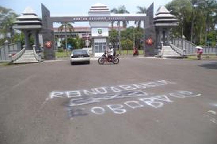 Jalan di depan kantor Gubernur Bengkulu dicoret-coret dengan cat yang bertuliskan