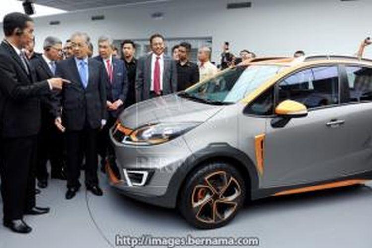 Presiden Jokowi dan Chairman Proton Mahathir Mohammad saat berkunjung di pabrik Proton seperti foto yang dimuat di Bernama.com (5/2/2014).