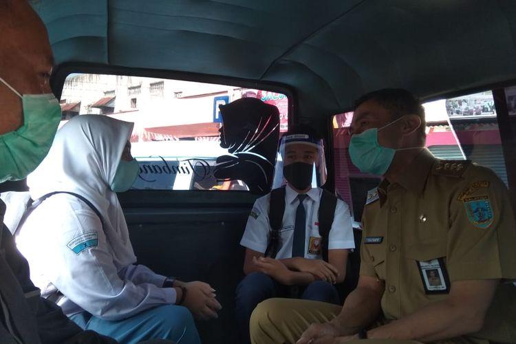 Wali Kota Salatiga Yuliyanto menaiki angkutan umum yang telah menerapkan protokol kesehatan.