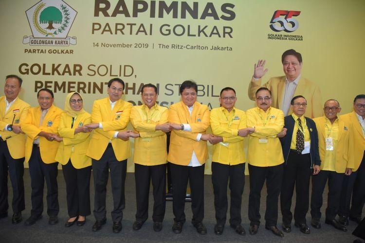 Ketua Umum Partai Golkar Airlangga Hartarto bersama sejumlah politisi Golkar saat pembukaan Rapimnas Partai Golkar di Hotel Ritz Carlton Jakarta, Kamis (14/11/2019).