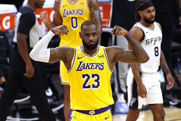 Pebasket andalan Los Angeles Lakers, LeBron James, melakukan selebrasi pada laga kontra San Antonio Spurs, Kamis (31/12/2020) pagi WIB.