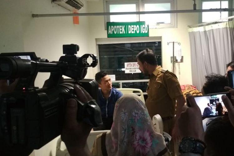 Bupati Ponorogo Ipong Muchlissoni berbincang dengan pasien demam berdarah yang dirawat di rumah sakit.