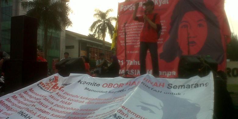 Perwakilan massa mengungkapkan dukungannya terhadap Marsinah. Aksi terbuka di gelar di depan Bundaran Videotron Semarang, Senin.