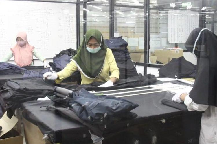 Pekerja PT Pan Brothers Tbk. membuat APD bagi tenaga medis dalam menghadapi pandemi Covid-19/