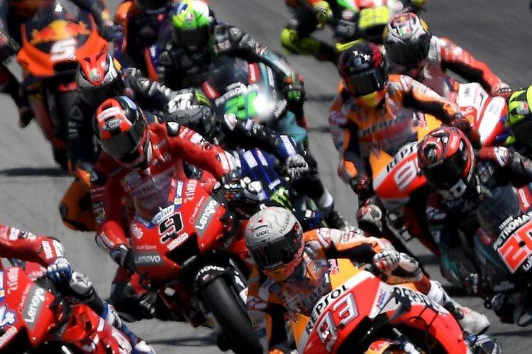 Sejumlah pebalap melaju seusai start MotoGP Catalunya, 16 Juni 2019.