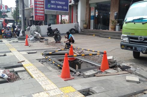 Ada Pembangunan Trotoar, Tempat Parkir Ruko di Kawasan Kemang Menyempit