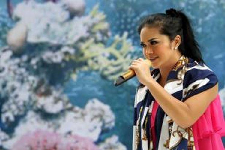 Penyanyi Krisdayanti atau KD saat ditemui di sela-sela acara gladiresik untuk malam tahun baru di Hotel Aston Marina, Jakarta Utara, Senin (31/12/2012).
