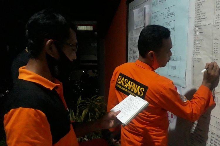 Tim Basarnas mencatat data korban banjir bandang Luwu Utara, Sulawesi Selatan, Kamis (16/07/2020)