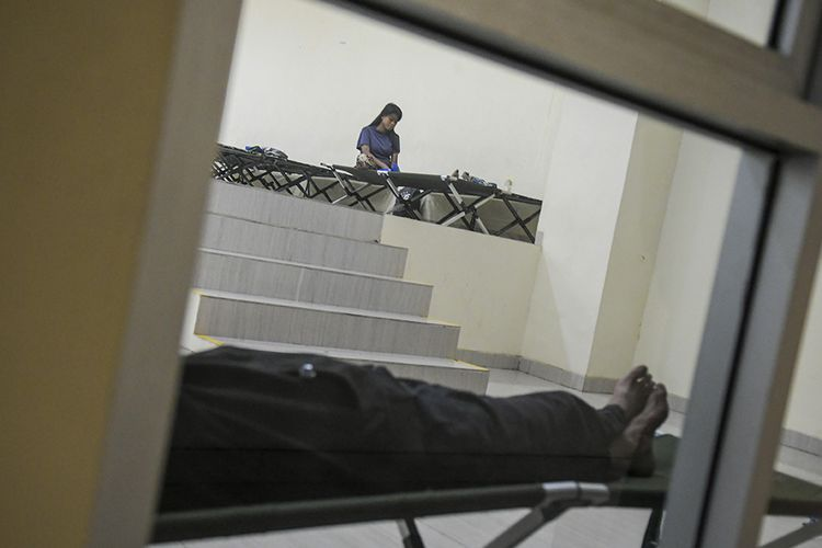 Sejumlah warga tunawisma beraktivitas di Gelanggang Olahraga (GOR) Tanah Abang, Jakarta, Minggu (26/4/2020). Pemprov DKI Jakarta menyiapkan seluruh GOR di DKI Jakarta untuk menampung sementara warga yang kehilangan pekerjaan atau tidak memiliki tempat tinggal akibat terdampak pandemi Covid-19.