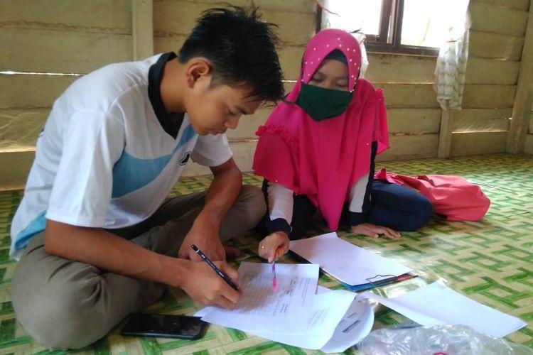 Guru SMPN 2 Mempura melakukan pembelajaran door to door di rumah peserta didik berkebutuhan khusus.