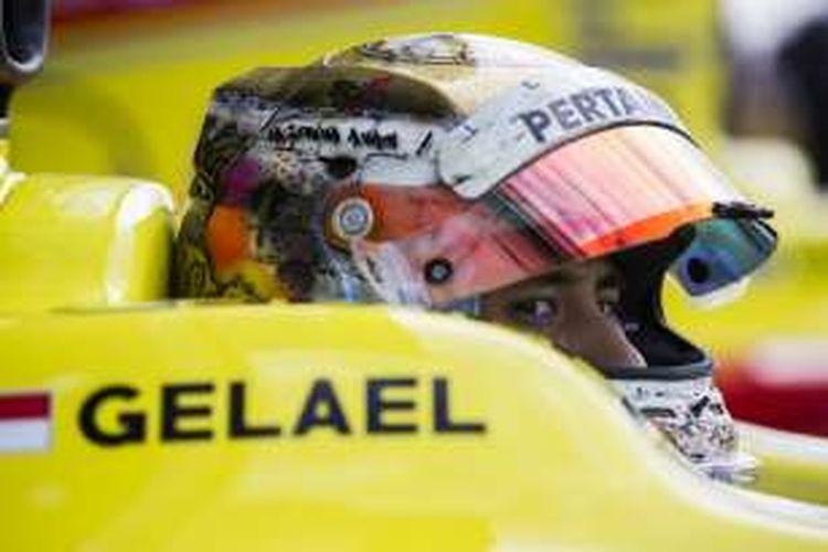 Pebalap Pertamina Campos Racing asal Indonesia, Sean Gelael, bersiap menjalani sesi kualifikasi GP2 Inggris di Sirkuit Silverstone, Jumat (8/7/2016).