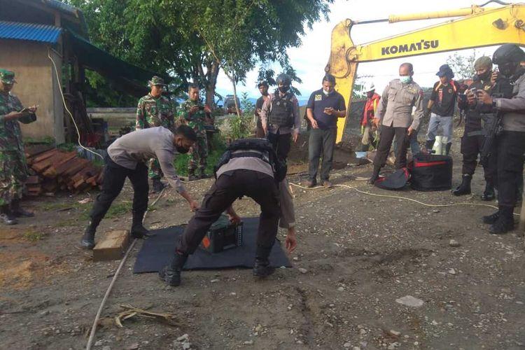 Unit Jibom Brimob Yon B Mimika Polda Papua ketika mengamankan granat nanas tersebut untuk dibawa ke Mako Yon B untuk dilakukan pemeriksaan lebih lanjut, Rabu (18/11/2020)