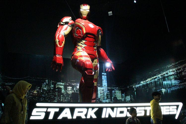 Replika Iron Man di pameran 10 tahun Marvel Studios, ArtScience Museum, Marina Bay Sands, Singapura.