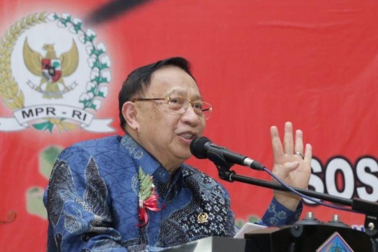 Wakil Ketua MPR RI E. E. Mangindaan memberikan pemaparan dalam sosialisasi Empat Pilar MPR di Manado (Dok. MPR RI)