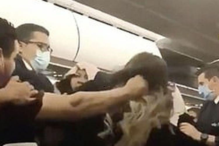 Insiden perkelahian penumpang pesawat direkam pada penerbangan Tunisair TU216 di Bandara Istanbul, Turki.
