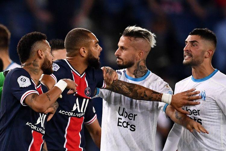 Bek Alvaro Gonzalez (kanan) berkonfrontasi dengan Neymar (kiri) pada laga PSG vs Marseille yang merupakan laga Ligue 1 di Parc des Princes, Minggu (13/9/2020).