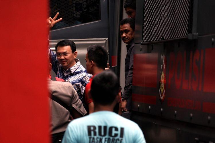 Terpidana kasus penistaan agama Basuki Tjahaja Purnama atau Ahok melambaikan tangan saat tiba di rumah tahanan LP Cipinang, Jakarta, Selasa (9/5/2017). Hakim Pengadilan Negeri Jakarta Utara memutuskan menjatuhi hukuman Ahok selama dua tahun penjara karena terbukti melanggar Pasal 156 KUHP tentang penodaan agama.