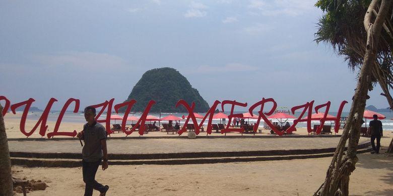 Kawasan Pantai Pulau Merah di Banyuwangi, Jawa Timur.